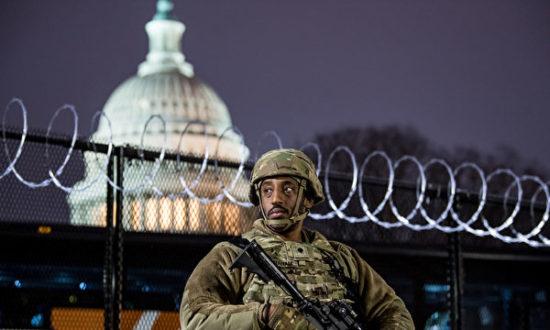 Một binh sĩ Vệ binh Quốc gia đang làm nhiệm vụ bên ngoài Quốc hội Mỹ. (Liz Lynch / Getty Images)