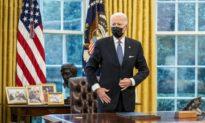 Tổng thống Biden ký sắc lệnh cho phép nam giới chuyển giới sử dụng phòng tắm và phòng thay đồ của nữ giới