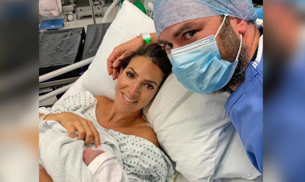 Được thông báo rằng buồng trứng của mình 'đã chết', người phụ nữ chuyển sang ăn chay trường và chào đón em bé thứ hai