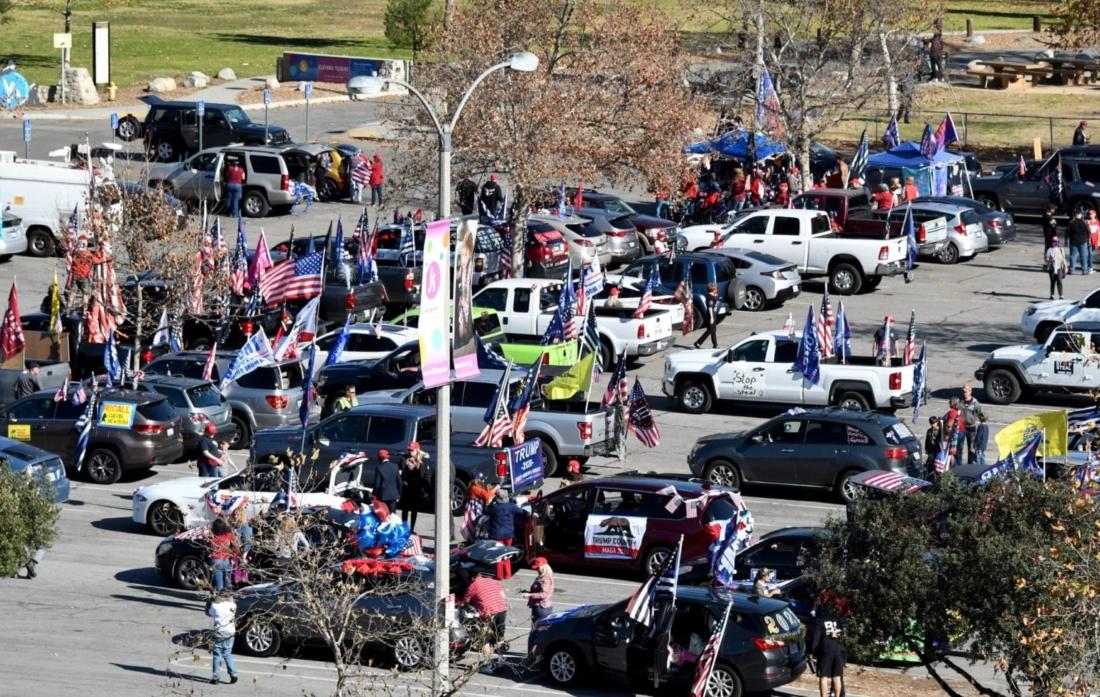 Lễ hội Hoa Hồng truyền thống bị hủy, người dân thay thế hoa bằng cờ Mỹ và biển hiệu TT Trump