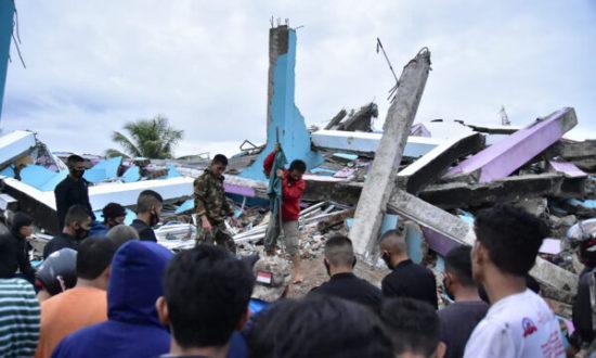 Ngày 15/1, tại đảo Sulawesi, Indonesia đã xảy ra một trận động đất mạnh 6,2 độ Richter. Lực lượng cứu hộ đang tìm kiếm những người sống sót trong một tòa nhà bị sập ở thành phố Mamuju, tỉnh Tây Sulawesi. (MAWARDI / AFP qua Getty Images).