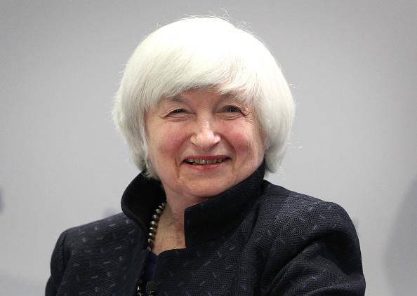 """Giám đốc Cục Dự trữ Liên bang Hoa Kỳ Janet Yellen mỉm cười khi tham dự hội nghị có tiêu đề """"Những thách thức về truyền thông đối với hiệu quả chính sách"""" do Ngân hàng Trung ương Châu Âu (ECB) tổ chức tại trụ sở ECB ở Frankfurt am Main, miền Tây nước Đức, vào ngày 14 tháng 11 năm 2017 (Ảnh: Getty)"""