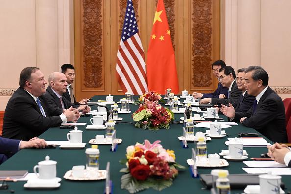 Ngoại trưởng Hoa Kỳ, Mike Pompeo nói chuyện với Bộ trưởng Ngoại giao Trung Quốc, Vương Nghị trong cuộc gặp của họ tại Đại lễ đường Nhân dân vào ngày 14 tháng 6 năm 2018 tại Bắc Kinh, Trung Quốc. (Ảnh của Wang Zhao / Pool / Getty Images)