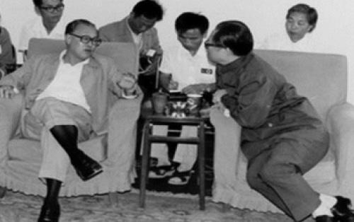 Ảnh chụp lúc ông Triệu Tử Dương làm Tổng Bí thư ĐCSTQ và ông Giang Trạch Dân khi còn là Bí thư thành phố Thượng Hải. (Ảnh từ Web)