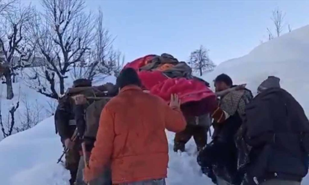 Tuyết rơi quá sâu, binh lính Ấn Độ khiêng sản phụ 2km đến bệnh viện sinh con
