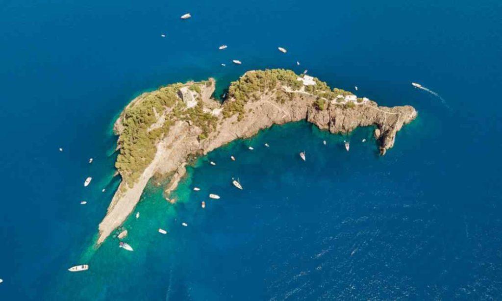 Kỳ lạ hòn đảo có hình dạng cá heo ở Ý