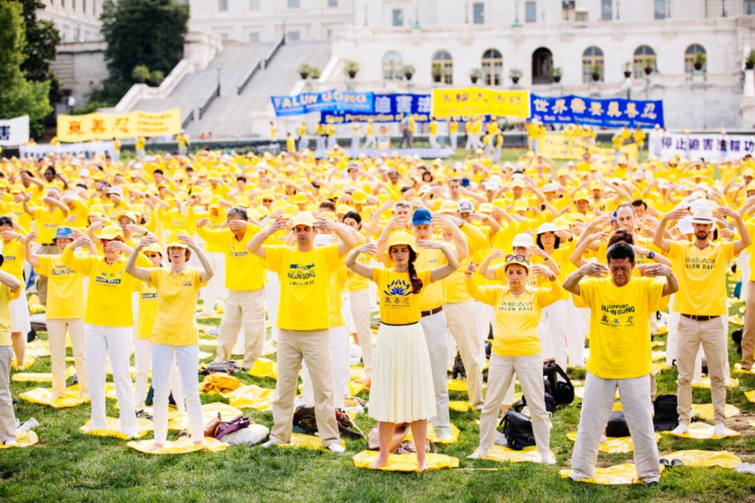 Hàng nghìn học viên Pháp Luân Công tham gia luyện công tập thể trước tòa Capitol ở Washington vào ngày 20/6/2018, nhằm kêu gọi chính quyền Đảng Cộng sản Trung Quốc chấm dứt cuộc bức hại Pháp Luân Công ở Trung Quốc. (Edward Dye / The Epoch Times)