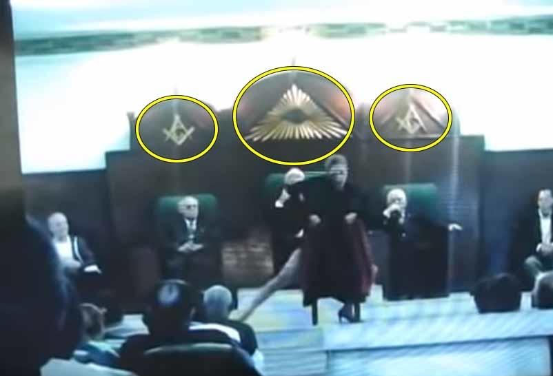 Bức ảnh rò rỉ từ một video quay lén trong cuộc họp của hội kín Illuminati. (Chụp video)