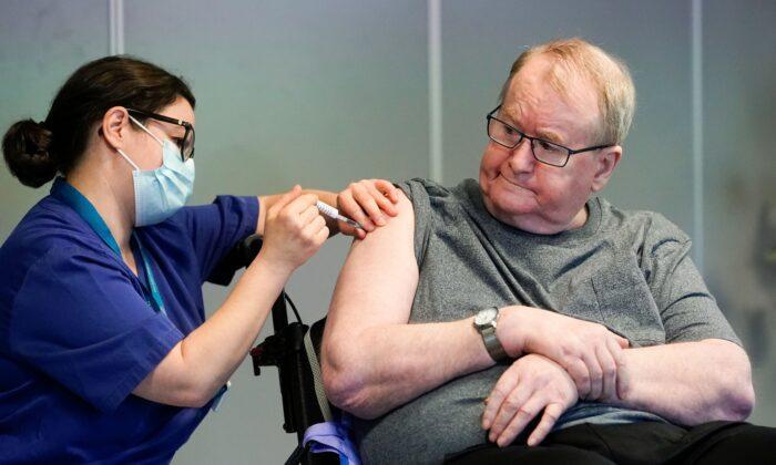 Pháp: 139 người xuất hiện tác dụng phụ, 5 người già tử vong sau khi tiêm vaccine phòng ngừa COVID-19