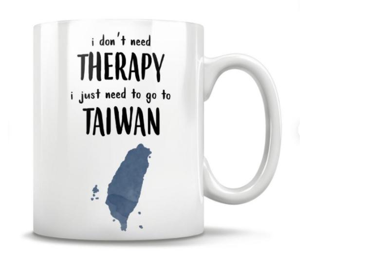 """Giữa đại dịch, cốc sứ in dòng chữ """"Tôi không cần điều trị, tôi chỉ cần đến Đài Loan"""" đắt hàng"""