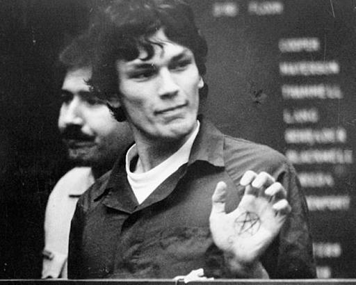Richard Ramirez trưng ký hiệu sao 5 cánh xăm trong lòng bàn tay tại phòng xử án.