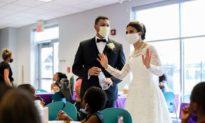 Cô dâu chú rể tổ chức bữa ăn từ thiện cho người vô gia cư trong ngày cưới thời đại dịch