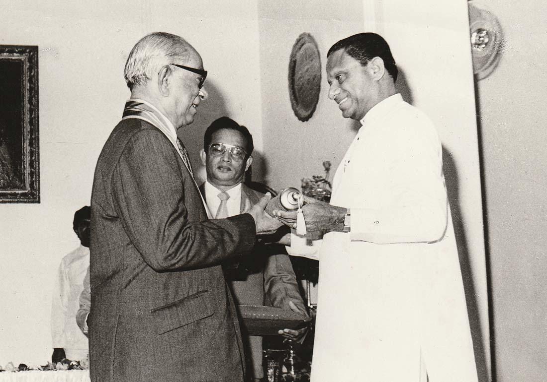 Tổng thống Premadasa (bên phải) tặng bức tranh cho một vị khách vào năm 1991. (Nguồn: wikimedia)