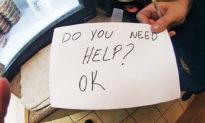 Cô phục vụ bàn cứu một cậu bé khỏi cha mẹ bạo hành bằng cách giơ cao mảnh giấy: 'Con có cần giúp đỡ không?'