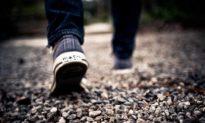 Xả stress sau khi cãi nhau với vợ, người đàn ông đi bộ một mạch 450km