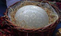 3 năm miệt mài, nghệ nhân Việt tạo nên tác phẩm tuyệt đẹp với hơn 45.800 lỗ trên trứng đà điểu