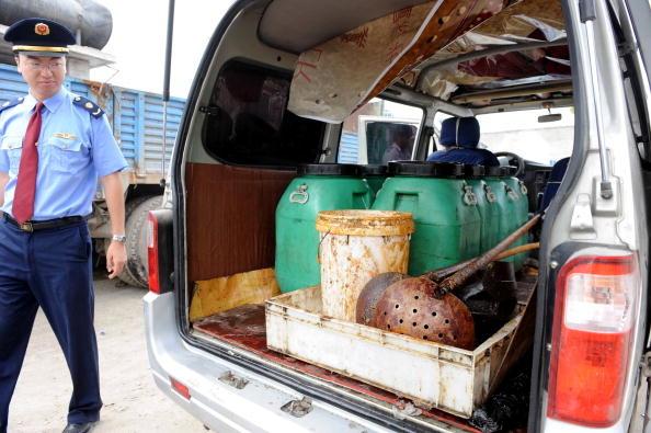 Thậm chí, một công ty thực phẩm lớn của Trung Quốc đã bị phanh phui việc tái chế và lọc dầu thải từ các nhà hàng, sau đó bán nó dưới dạng dầu mới sau khi đóng gói lại.