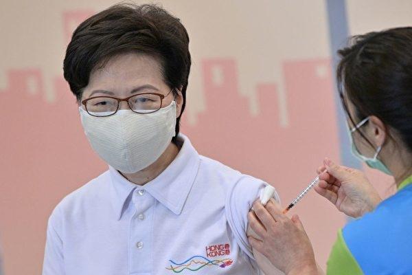 Bà Lâm Trịnh Nguyệt Nga và các quan chức Hong Kong tiêm vaccine của công ty Sinovac Trung Quốc