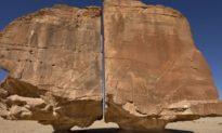 Al Naslaa: Tảng đá bí ẩn được chia thành hai phần