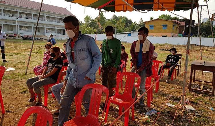Người dân chờ xét nghiệm COVID-19 ở Campuchia. (Ảnh: Khmer Times)