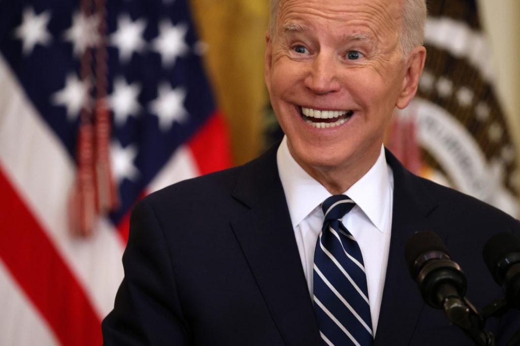 Họp báo đầu tiên, TT Biden phải nhờ đến giấy gian lận để phát biểu và xác định phóng viên