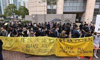 Hong Kong mở phiên tòa xét xử 47 nhà dân chủ, người dân HK và các quan chức nước ngoài tập trung quanh tòa án kêu gọi thả người