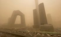 Trung Quốc: 12 tỉnh thành xuất hiện bão cát nghiêm trọng, bầu trời Bắc Kinh bị cát vàng bao phủ