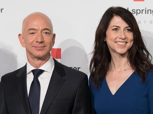 Giám đốc điều hành Amazon Jeff Bezos và vợ MacKenzie Bezos (trước khi ly hôn) tạo dáng khi đến trụ sở của nhà xuất bản Axel-Springer, nơi ông Bezos sẽ nhận Giải thưởng Axel Springer 2018 vào ngày 24 tháng 4 năm 2018 tại Berlin. (Ảnh của JORG CARSTENSEN / AFP qua Getty Images)