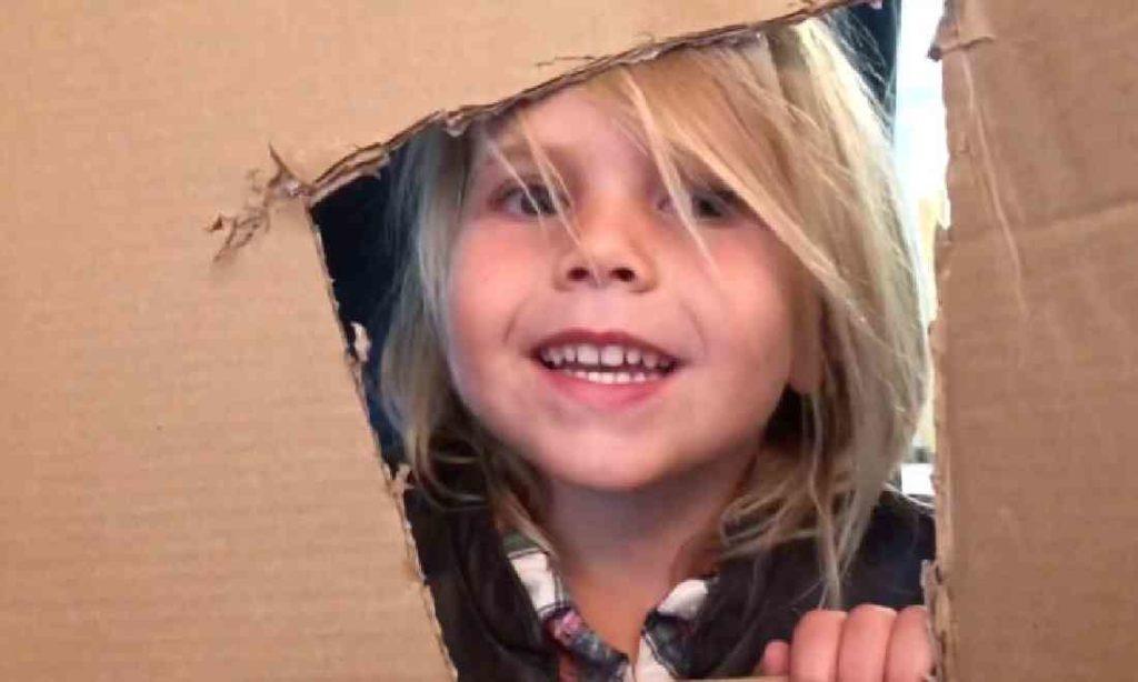 Tạo lại những cảnh phim cổ điển, cô bé 4 tuổi kiếm được 12.000 đô la cứu giúp những người khó khăn