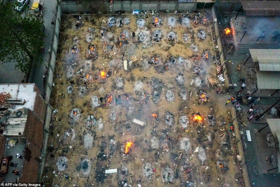 Cảnh một khu vực hoả táng các thi thể bệnh nhân Covid-19 ở Ấn Độ. (Ảnh: Getty Images)