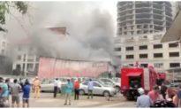 Cháy lớn tại xưởng in giữa bãi giữ xe ô tô ở Hà Nội