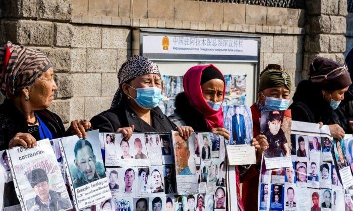 Một nhóm nữ biểu tình yêu cầu thả những người thân của họ, những người đang mất tích, bị bỏ tù hoặc bị mắc kẹt ở khu vực Tân Cương của Trung Quốc bên ngoài lãnh sự quán Trung Quốc ở Almaty, Kazakhstan vào ngày 9 tháng 3 năm 2021. (Abduaziz Madyrovi / AFP qua Getty Images)