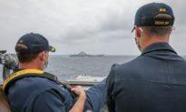 Chỉ huy tàu khu trục Mỹ ung dung ngồi nhìn tàu sân bay Liêu Ninh của Trung Quốc