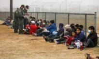 Bị tố vì các điều kiện 'không thể chịu nổi', chính quyền Biden đột ngột đóng cửa cơ sở di cư ở Texas