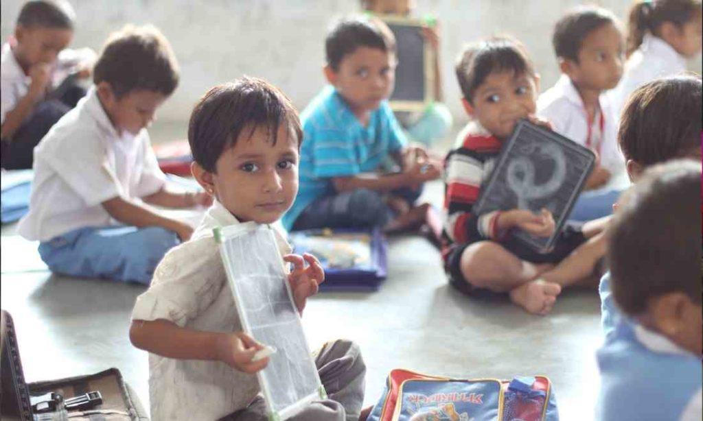 Cảm động thầy giáo Ấn Độ dành 75 năm để dạy chữ miễn phí cho trẻ em và người lớn