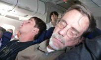 Tại sao hành khách không nên ngủ khi máy bay cất cánh và hạ cánh?