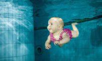 Huấn luyện viên bơi lội gây sốc khi thả trẻ vài tháng tuổi xuống bể bơi một mình