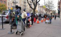 Người Trung Quốc xếp hàng nhiều lần để lấy đồ ăn miễn phí và bán lại
