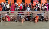 Các hoạt động vẫn diễn ra giữa 'bão' Covid-19 tại Ấn Độ: Hàng ngàn người tắm sông trong lễ hội, hàng triệu người đi bỏ phiếu
