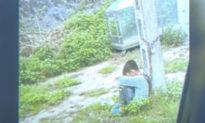 Lạng Sơn: Bố xích con vào cột điện ven đường