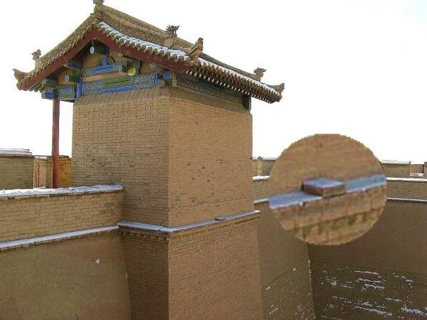 """""""Viên gạch Định Thành"""" được đặt trên cửa ải Gia Dục Quan. (Ảnh: wikimedia / Emcc83)"""