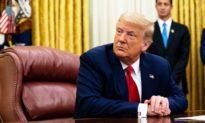 Twitter khóa tài khoản có tên 'Từ bàn làm việc của Donald J. Trump'