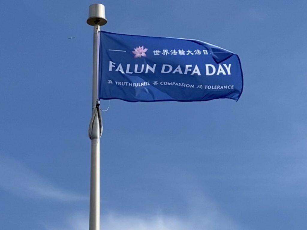 Các thành phố ở Canada cùng treo cờ mừng 'Ngày Pháp Luân Đại Pháp Thế giới'