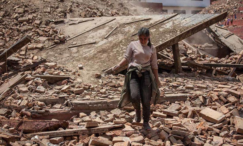 Bị vùi lấp 22 giờ sau trận động đất kinh hoàng Nepal, 'Em bé thần kỳ' giờ ra sao?