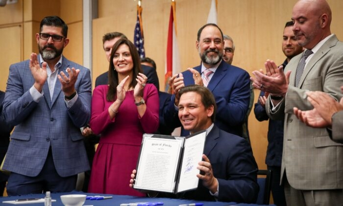 Thống đốc bang Florida ký dự luật yêu cầu các hãng công nghệ lớn chấm dứt việc kiểm duyệt người dùng