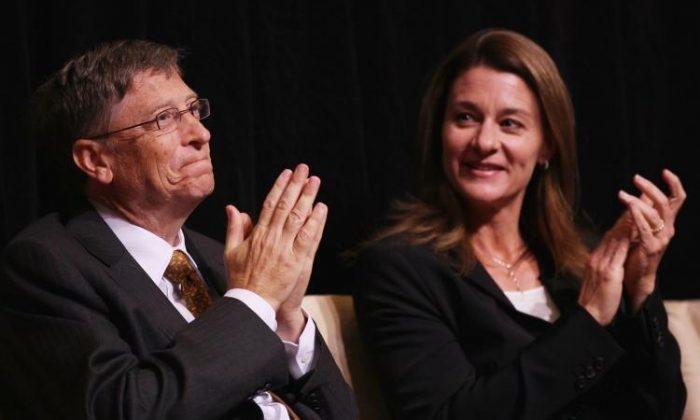 Bill Gates (trái) của Microsoft và vợ Melinda tham dự buổi lễ trao giải J. William Fulbright về Hiểu biết Quốc tế năm 2010 tại Thư viện Quốc hội Mỹ vào tháng 10/2010. (Win McNamee / Getty Images)