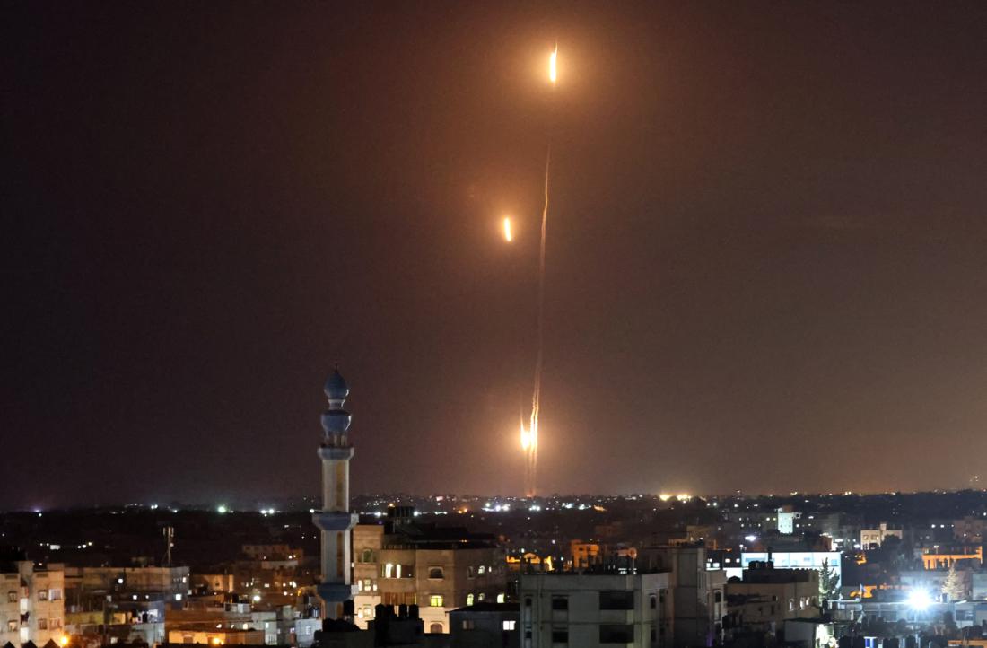 Tên lửa được phóng về phía Israel từ Rafah, ở phía nam Dải Gaza do phong trào Hamas của Palestine kiểm soát, vào ngày 11 tháng 5 năm 2021. (Ảnh của SAID KHATIB / AFP qua Getty Images)