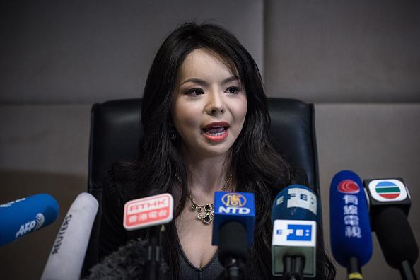 Anastasia Lin, nữ diễn viên 25 tuổi đăng quang Hoa hậu Thế giới Canada, đã có một cuộc họp báo tại Hồng Kông vào ngày 27 tháng 11 năm 2015 sau khi Trung Quốc ngăn cản cô đi du lịch đến thành phố nghỉ mát ven biển Tam Á cho cuộc thi (Ảnh: PHILIPPE LOPEZ / AFP qua Getty Images)