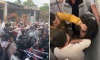 Nhóm học sinh nam nữ đánh nhau, bạn bè bên ngoài vỗ tay, cổ vũ