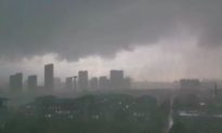 Vũ Hán mưa lớn, bầu trời đột ngột tối sầm ngay giữa ban ngày